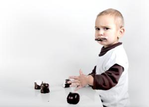 Junge beim Schokokuss essen